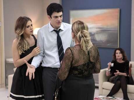 Félix (Mateus Solano) descobre que a irmã, Paloma (Paolla Oliveira), está internada no hospital da família