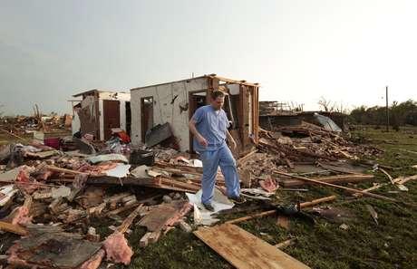 Nathan Ulepich observa os destroços de sua casa em Moore