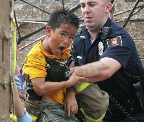 Menino é retirado dos escombros de escola por policial