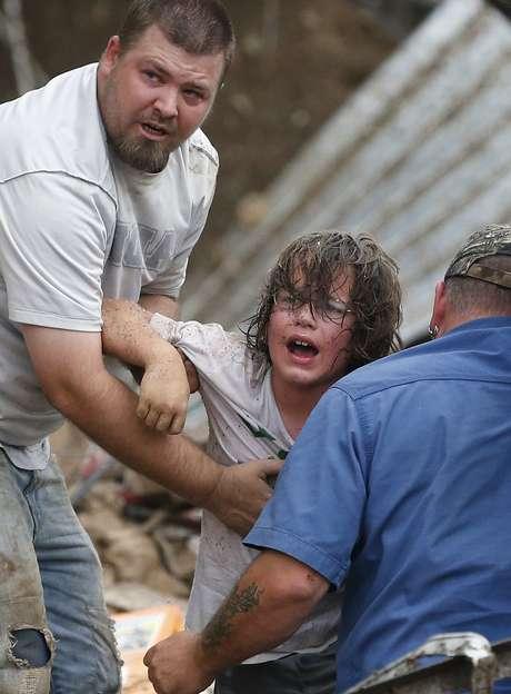 Menino chama pelo pai após ser retirado dos escombros