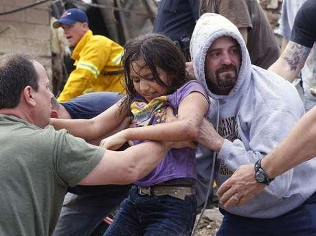 Menina passa por corrente humana após ser retirada dos escombros