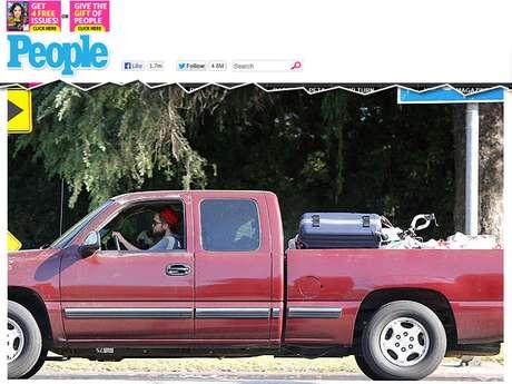 <p>Robert Pattinson foi fotogtrafado saindo com o carro carregado de malas e outros objetos pessoais da casa de Kristen Stewart, em Los Angeles</p>