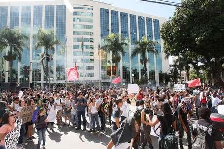 Estudantes realizam protesto contra o aumento da tarifa das passagens do transporte coletivo, na Praça Cívica, em Goiânia, nesta terça-feira. Passagem passará a custar R$ 3