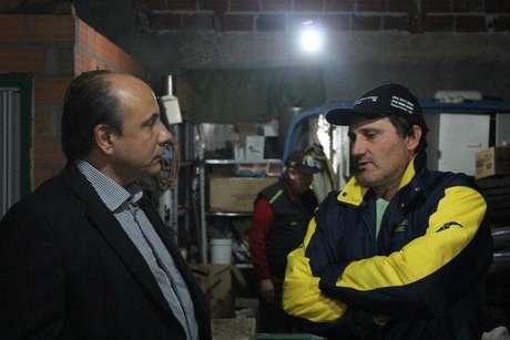 <p>Promotor Mauro Rockenbach (E) conversa com Adelar Roque Signol, um dos presos</p>