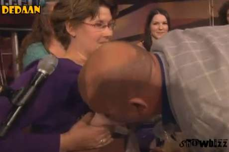 <p>O apresentador e comediante holândes Paul De Leeuw surpreendeu seus telespectadores durante o programaLangs De Leeuw no último sábado (18)</p>