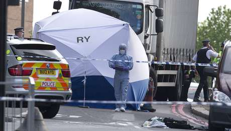 Perito é fotografado de tenda montada no local em que o homem foi assassinado