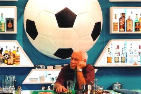 <p>Em 'Boleiros 2 - Vencedores e Vencidos', de 2006, o bar do Aurélio (Sílvio Luiz), reduto de boleiros famosos, está prestes a ser reinaugurado e acaba de ganhar um novo sócio, o herói do penta Marquinhos (José Trassi). O futebol é o tema central das conversas, que são resumidas em três histórias: a do falso argentino Rafael Benitez (Petrônio Gontijo); do misterioso Nestor (Walter Portella), que retornou recentemente do México e quer convencer a todos que foi um grande jogador; e do assistente-técnico Barbosa (Duda Mamberti), que tinha várias idéias na cabeça mas jamais conseguiu colocá-las em prática numa partida de futebol</p>