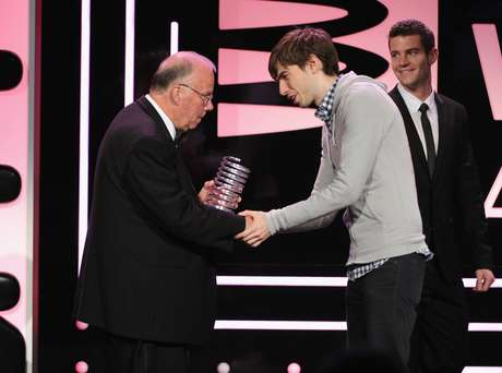 Pai do GIF recebe o prêmio das mãos do criador do Tumblr