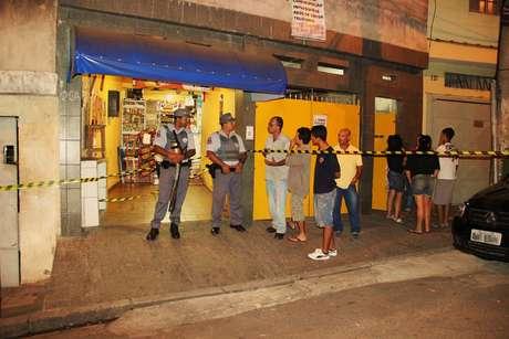 O bando invadiu o bar, roubou um cliente e matou o dono do estabelecimento