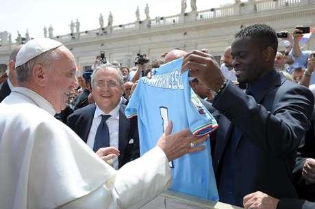 <p>Papa tamb&eacute;m recebeu camisa da Lazio, das m&atilde;os de&nbsp;Louis Saha</p>