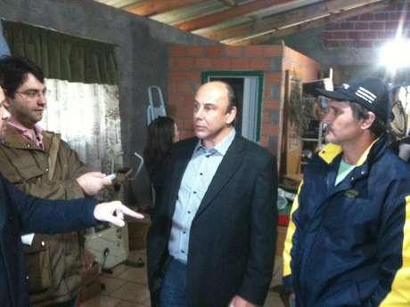 <p>Promotor Mauro Rockenbachconversa com Adelar Roque Signol, sócio da empresa que transportava leite adulterado</p>