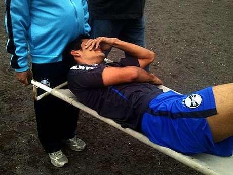 <p>Tony sofreu lesão e saiu de campo de maca</p>