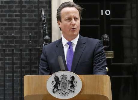 Cameron faz pronunciamento em frente à sede do governo britânico, no número 10 de Downing Street, em Londres