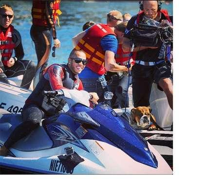 Imagem mostra passeio de Hamilton de jet ski em Mônaco ao lado do cachorro Roscoe