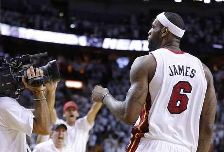 <p>LeBron James liderou o Heat a mais uma vitória, desta vez na primeira partida da final da Conferência Leste</p>