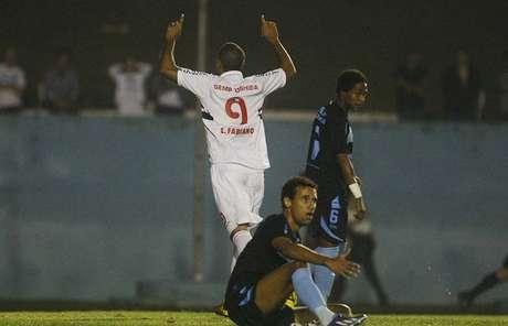 <p>Lu&iacute;s Fabiano fez gol, mas mostrou m&aacute;goa no final do 1&ordm; tempo</p>