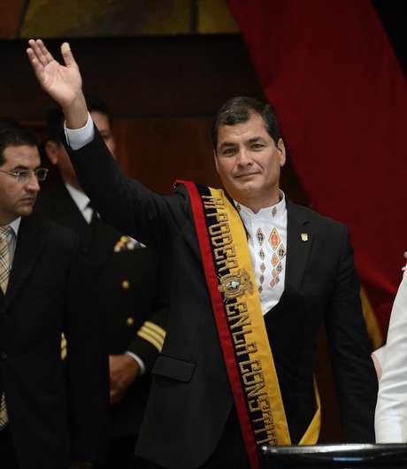 Correa acena durante cerimônia de posse para o seu segundo mandato, em Quito