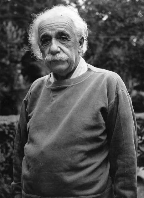 Nobel de Física, Albert Einstein tinha um QI estimado de 160. A média para a população (estimativa do Reino Unido) é de 100 pontos
