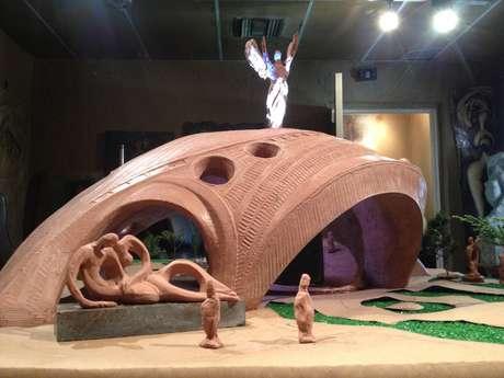 Cada pedaço da obra tem um conceito. A cúpula maior, por exemplo, simboliza a barriga de um mãe, com aberturas para a entrada de luz, segundo o escultor
