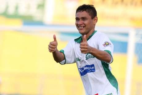 <p>Elanardo comemora primeiro gol do Icasa diante do Sport</p>