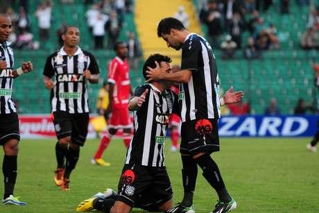 <p>Pablo comemora gol em vitória do Figueirense na Série B</p>