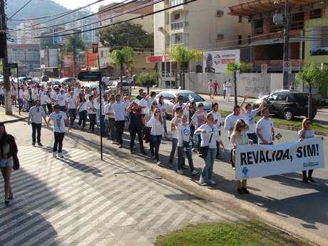 Alunos do curso de medicina da Furb protestaram nas ruas de Blumenau