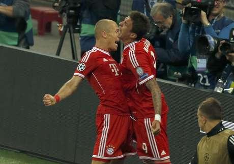 Robben e Mandzukic celebram o gol do título europeu do Bayern de Munique