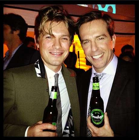 <p>Taylor Hanson and Ed Helms brindaram com a cerveja</p>