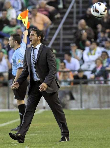 Manolo Jiménez, técnico del Real Zaragoza, grita desde la banda a sus jugadores durante el partido de Liga, correspondiente a la jornada trigésimo séptima en Primera División, que Real Betis y Real Zaragoza disputan, esta tarde, en el estadio Benito Villamarín, en Sevilla.