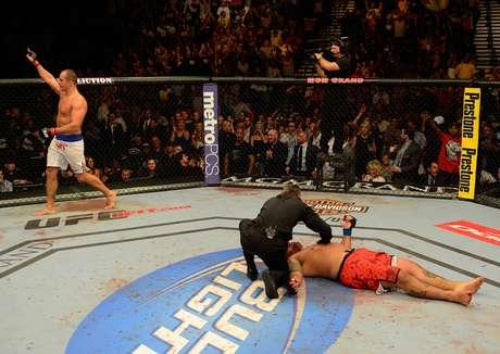 Cigano comemora vitória sobre Hunt, que ficou deitado no octógono; o brasileiro deve ter nova chance para conquistar o cinturão dos pesados