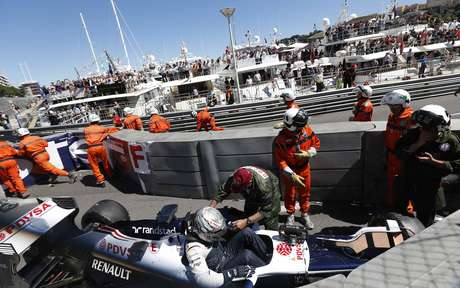 Maldonado foi retirado do carro por paramédicos após acidente, mas não se feriu