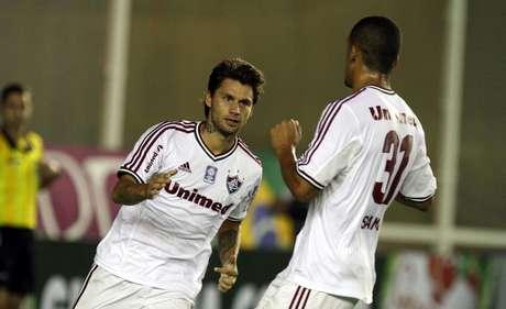 <p>Rafael Sóbis comemora primeiro gol do Fluminense na partida contra o Atlético-PR. Atuando no Estádio Cláudio Moacyr de Azevedo, a equipe carioca venceu por 2 a 1</p>