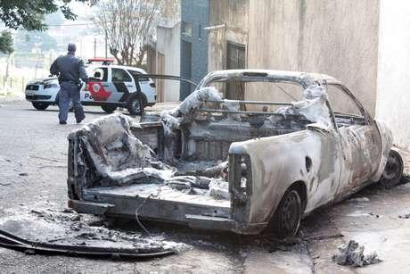 Corpo foi encontrado na caçamba de uma caminhonete incendiada