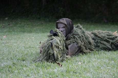 Militar usa camuflagem especial durante treinamento do Comando do 1º Distrito Naval, no Rio de Janeiro