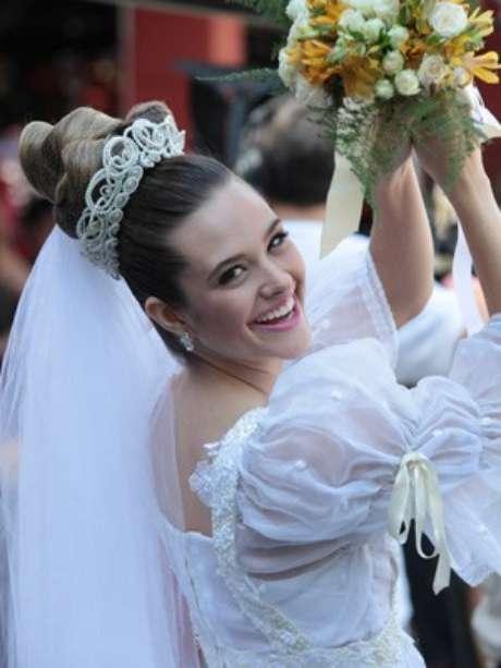 Juliana Paiva gravou vestida de noiva
