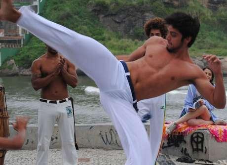Bruno (Rodrigo Simas) joga capoeira e dá aulas do esporte em 'Malhação'