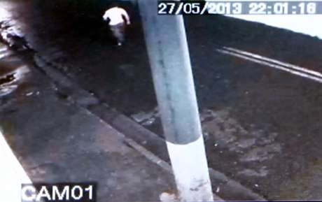 Reprodução de imagens de câmeras de segurança mostra o momento em que um suspeito aparece correndo após o assalto em que o dentista Alexandre Peçanha Gaddy foi queimado em seu consultório odontológico, em São José dos Campos, SP, na noite de segunda-feira