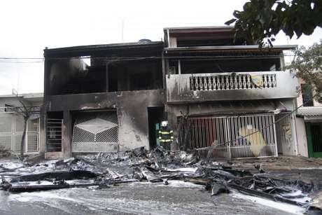 <p>Avião de pequeno porte caiu sobre duas residências em Sorocaba, e deixou duas vítimas fatais na tarde desta quarta-feira</p>