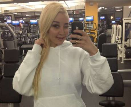 <p>Amanda Bynes poses for another one of her selfies at the gym.</p>
