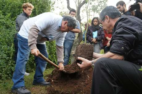 Pai de Rafael ajudou a cavar buraco para o plantio de mudas