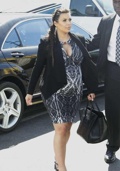 <p>A todos lados a donde va, Kim ya tiene que ir acompañada pero eso no implica que deje el glamour de lado y luzca atrevidos diseños como este vestido que resalta su 'pechonalidad' y de la impresión de que en algún momento estallarán</p>
