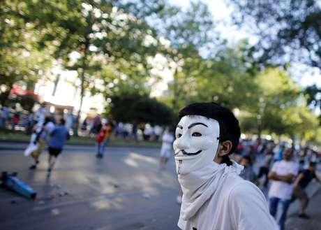 <p>Manifestante usa uma máscara de Guy Fawkes em confrontos contra a polícia durante um protesto anti-governo em Istambul</p>