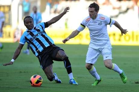 <p>Diante do Grêmio, pelo segundo jogo do Campeonato Brasileiro, Santos atuou sem patrocinador máster após o fim doacordo com a Phlico</p>