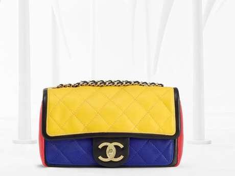 <p>Reinterpretación de uno de los bolsos clásicos de Chanel en clave colorista.</p>