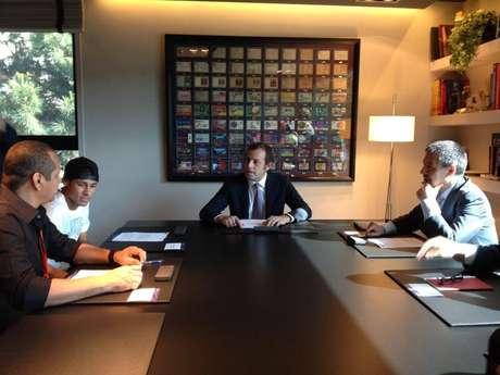<p>Neymar assinou contrato para se tornar o maisnovo jogador do Barcelona</p>