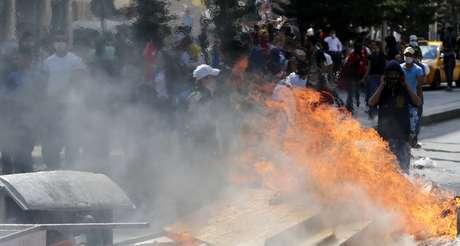 <p>Barricada é incendiada durante os confrontos com a polícia em Ancara</p>