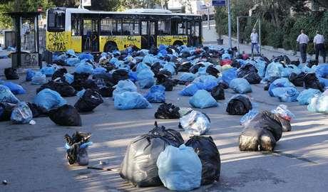 Sacos de lixo são espalhados por manifestantes em rua para formar barreira no centro de Istambul