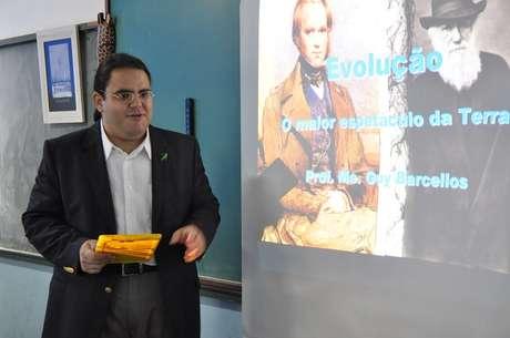 O professor Guy Barcellos aprovou o tablet, mas ainda enfrenta dificuldades. Uma delas é o wi-fi da escola que não chega até a sala de aula