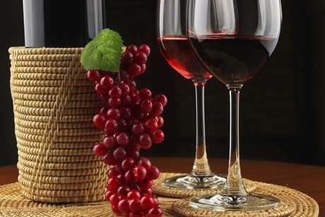 <p>Após testes feitos em laboratório, os pesquisadores encontraram vestígios de vinho em ânforas (vasos antigos) que teriam sido importadas dos etruscos, povo que habitou a região onde atualmente se situa a Itália</p>