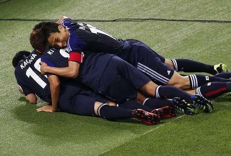 <p>Com um gol de pênalti aos 45min do segundo tempo, o Japão empatou com a Austrália por 1 a 1 em Saitama, pelas Eliminatórias da Ásia, e se tornou o segundo classificado à Copa do Mundo de 2014 - o primeiro é o Brasil, país-sede</p>